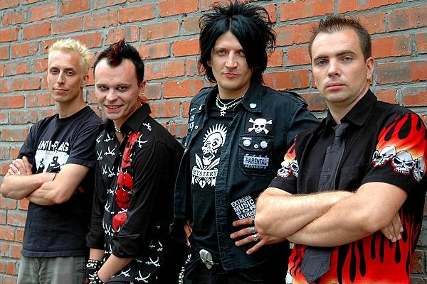 НАИВ - известная российская панк-рок группа. Была основана в 1988 году. Основателями группы стали Александр Иванов и Максим Кочетков.