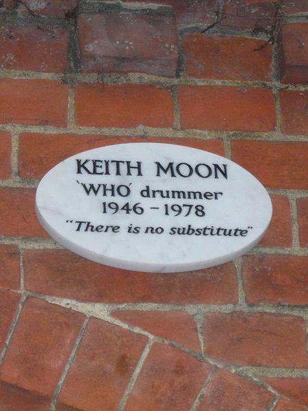 Мемориальная доска над входом в крематорий посвященная барабанщику (Thu Who) - Keit Moon.