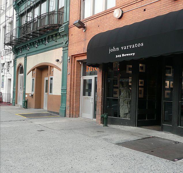 2 ноября 2007 года, дизайнер мужской одежды  John Varvatos  приобрел помещение