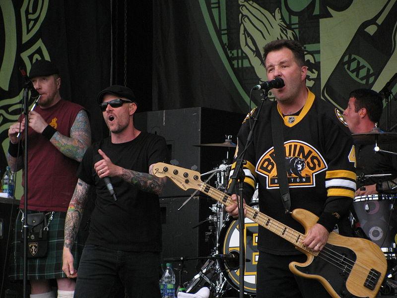 Зачастую кельтик-панк-группы в своем творчестве дополнительно используют традиционные народные инструменты (скрипки, волынки, банджо и мандолины), что существенно отличает их от других панк-групп.