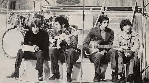 Группа «The Who» стали известны благодаря энергичными живыми выступлениями, которые часто включали в себя разбитие инструментов .