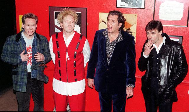 В июле 2002 года Sex Pistols сыграв в Хрустальном дворце Лондона на праздничном шоу в связи с  серебряный юбилеем решила выступить в Штаты в качестве хэдлайнеров.